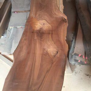 Das rohe Brett des Nussbaumtisches