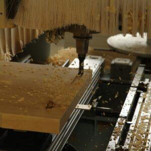 CNC Bearbeitung von der Bett Vorderseite. Einlassen des Metallfreien Bettladenbeschlag