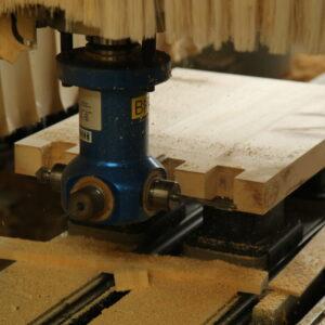 CNC Bearbeitung von der Nachttisch Seite. Hier werden die Fingerzinken gefrässt