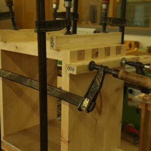 Nachttisch aus Arvenholz am verleimen
