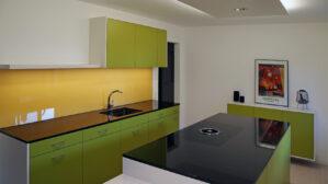 Küche mit farbiger Glasrückwand