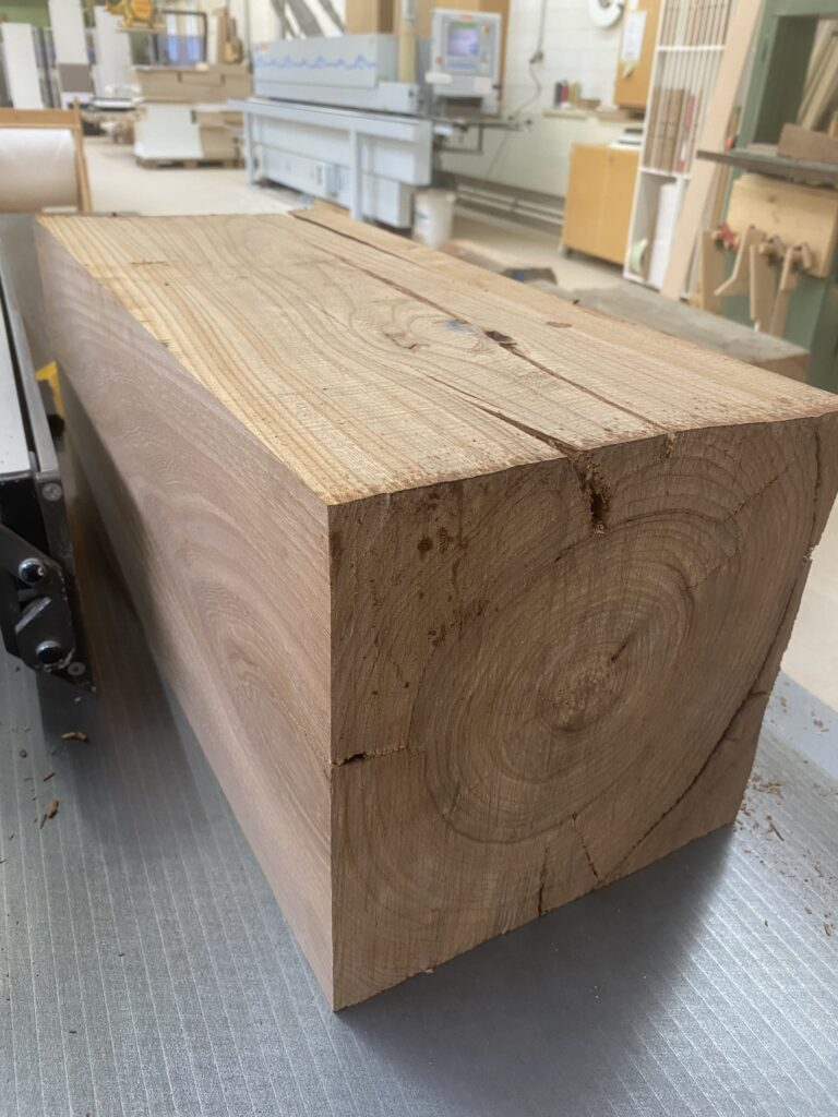 Holzbalken beim Hoblen