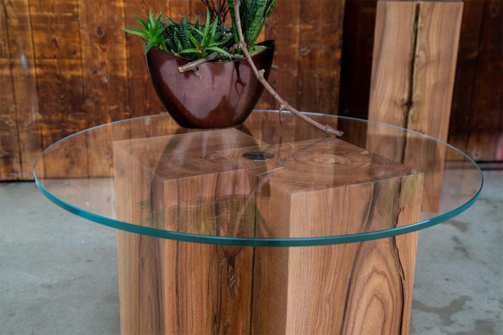 Massivholzsäulen mit Glasplatte